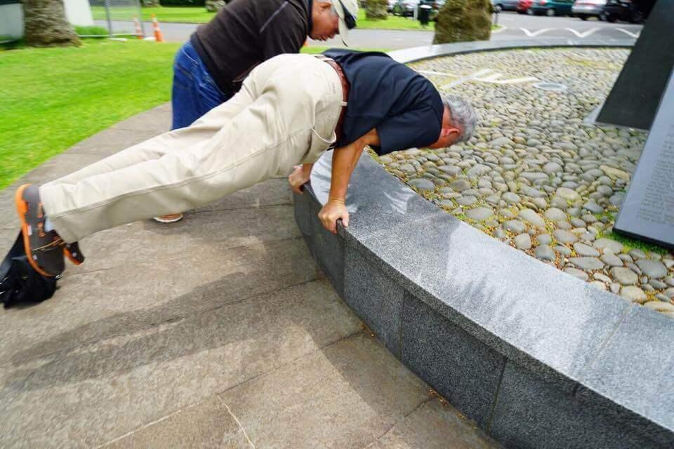 74歲李深浦醫師雙手撐起87公斤體重平衡全身