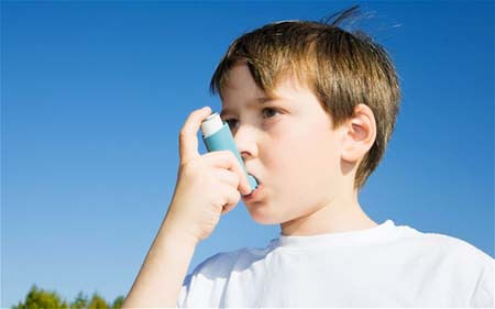BJ34CN Boy using Inhaler for asthma